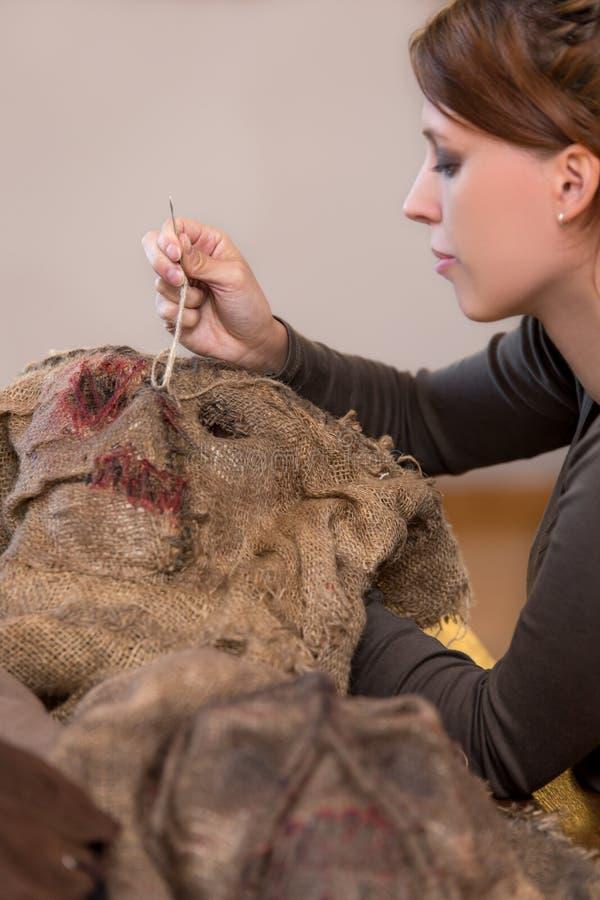 Kobieta szy strach na wróble kostium i maskę fotografia stock