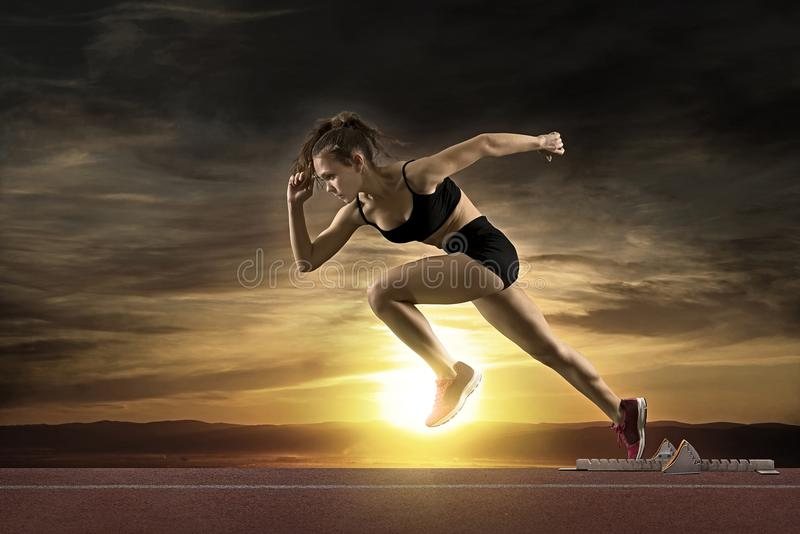Kobieta szybkobiegacz opuszcza zaczyna bloki obraz stock