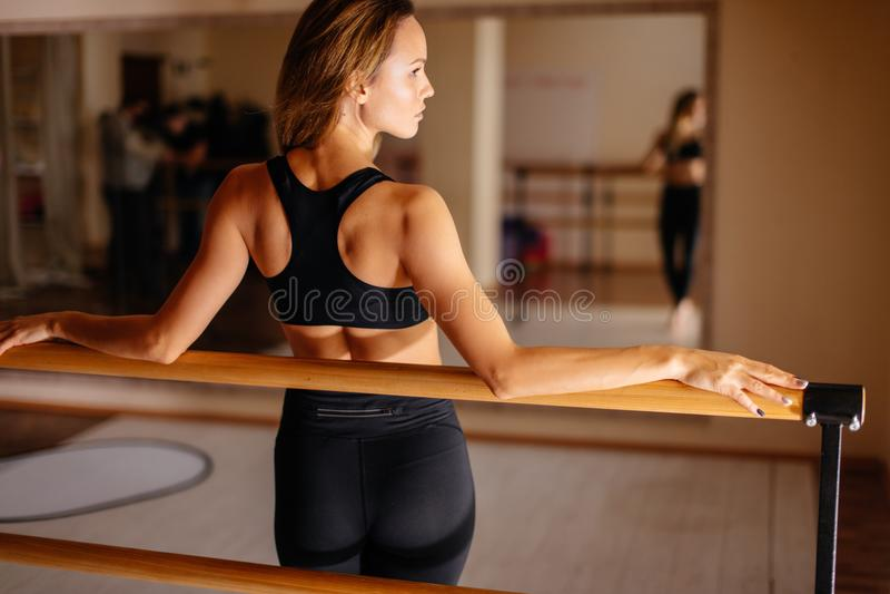 Kobieta tancerz pozuje blisko barre w baletniczym studiu fotografia royalty free