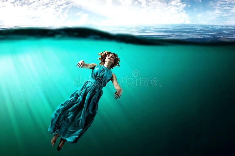 Kobieta tancerz w jasnej błękitne wody royalty ilustracja