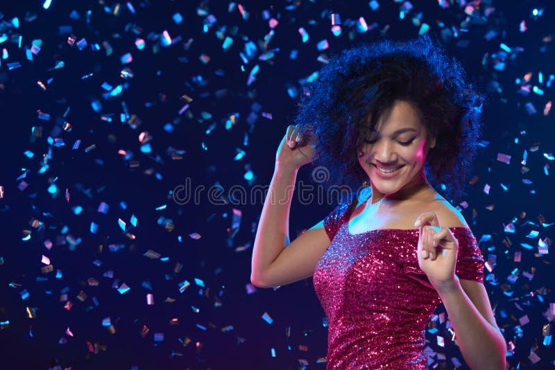 Kobieta taniec na przyjęciu zdjęcia stock
