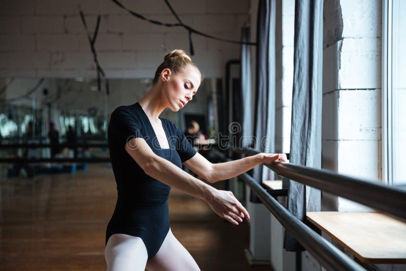 Kobieta taniec w balet klasie zdjęcia stock