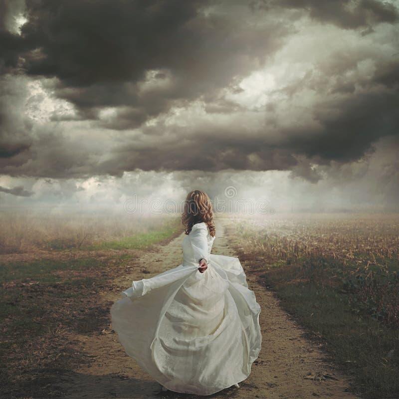 Kobieta taniec w zdewastowanej drodze zdjęcia stock