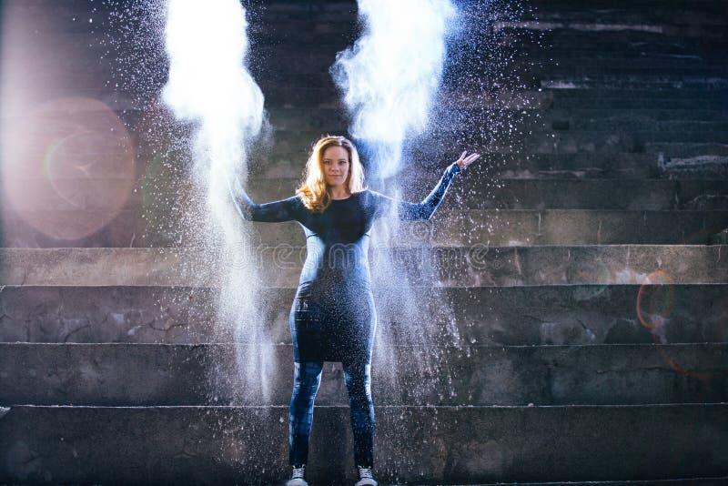 Kobieta taniec z bielu proszkiem na starych schodkach zdjęcie royalty free