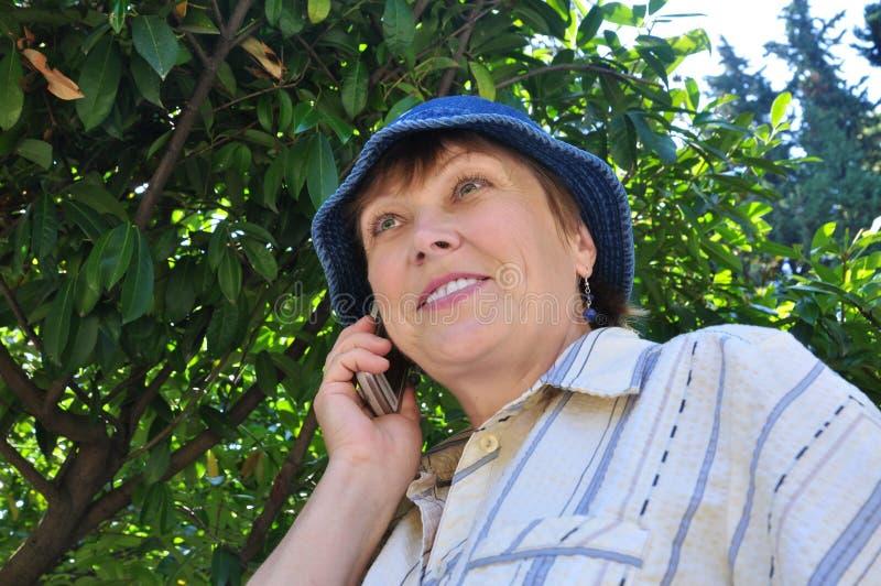 Kobieta target204_0_ na telefon komórkowy zdjęcie royalty free