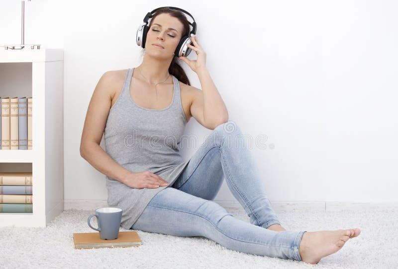 Kobieta target210_1_ muzyka z oczami zamykającymi obrazy royalty free