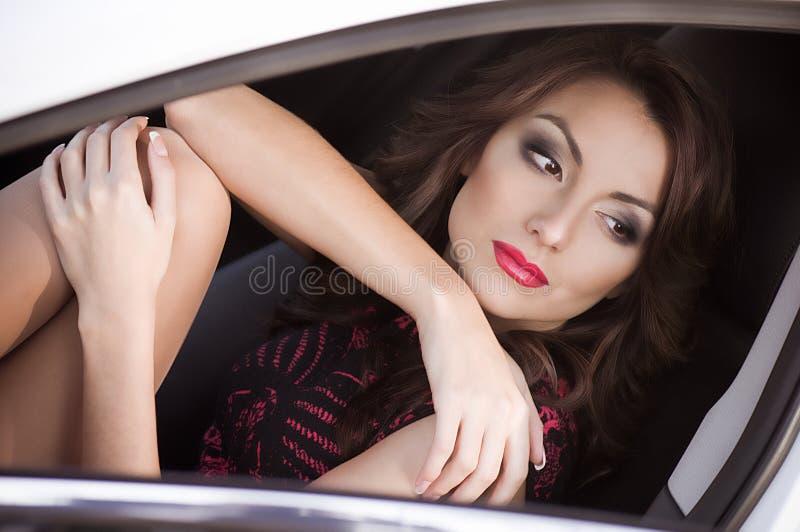 Kobieta target413_1_ jego samochód obraz stock