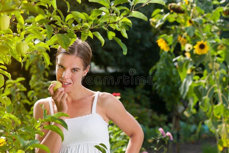Kobieta target414_1_ świeżego jabłka fotografia stock