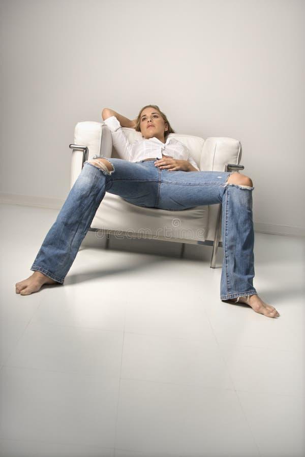 Kobieta target449_0_ w krześle. obraz stock