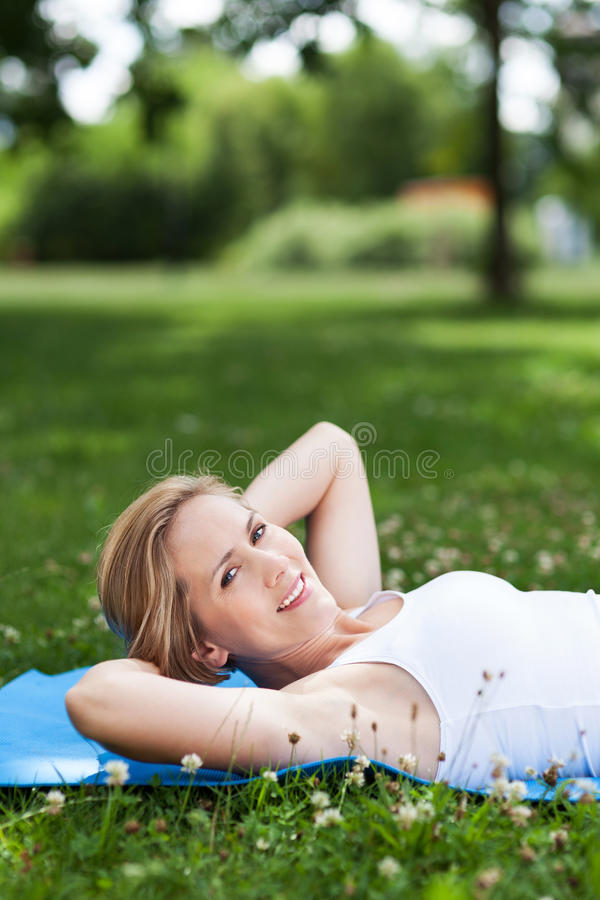 Kobieta TARGET901_0_ W Parku fotografia royalty free