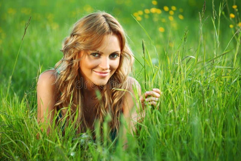 kobieta trawy obraz stock