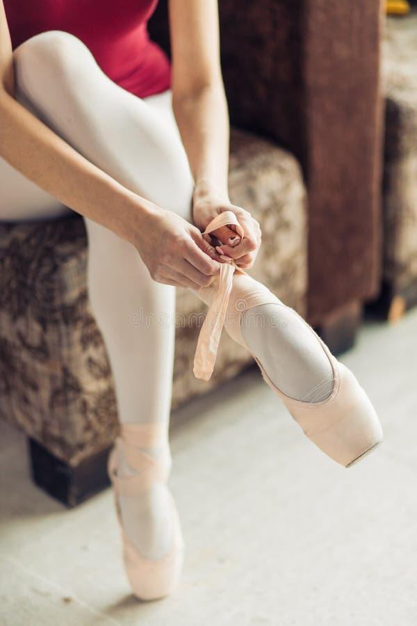 Kobieta tring na nowej parze atłasowi pointe buty fotografia stock