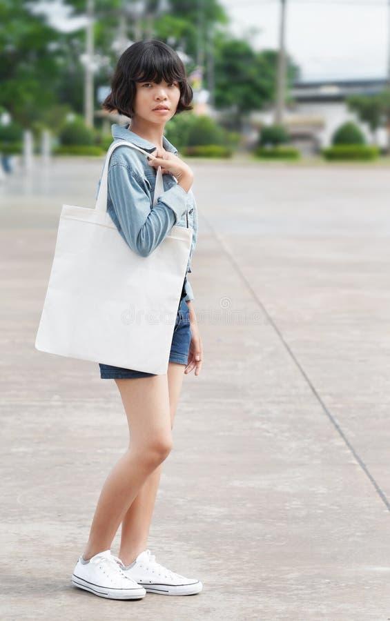 kobieta trzyma białą tkaniny torbę przy parkiem zdjęcia stock