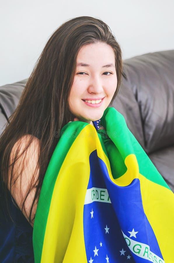 Kobieta trzyma Brazylijską flaga obraz royalty free