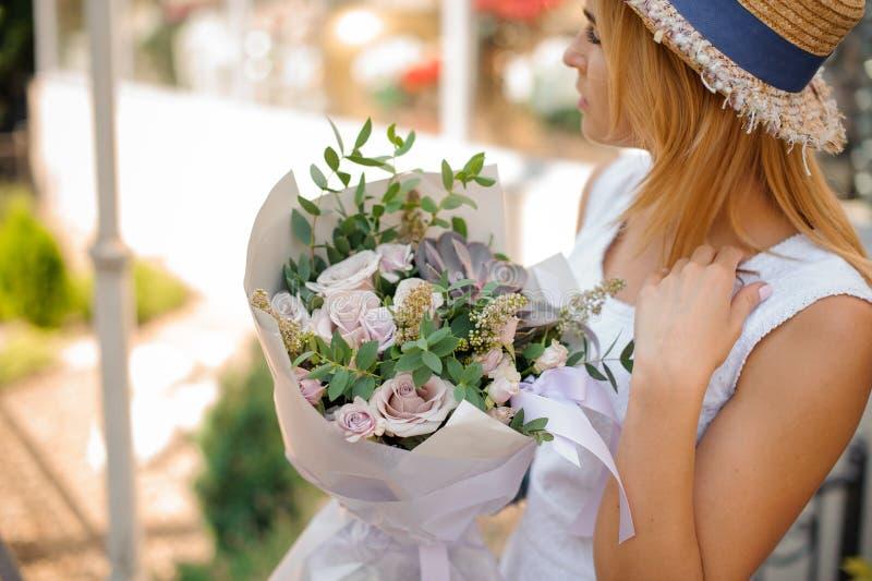 Kobieta trzyma bukiet róże, eukaliptus i sukulenty, fotografia stock