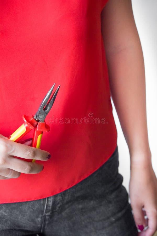 Kobieta trzyma cążki w rękach obraz stock
