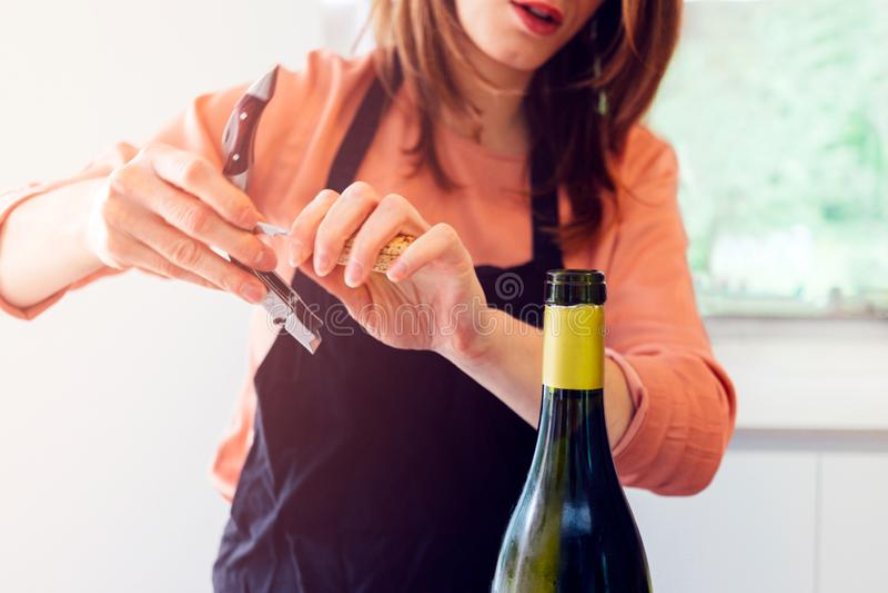 Kobieta trzyma corkscrew i butelkę w przedpolu obraz stock