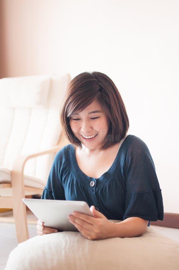 Kobieta trzyma cyfrową pastylkę i powalać cudowny obrazy stock