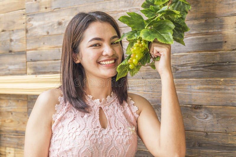 Kobieta trzyma dojrzałą winogrono wiązkę zdjęcie stock