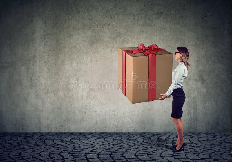 Kobieta trzyma dużego teraźniejszego prezenta pudełko zdjęcie royalty free