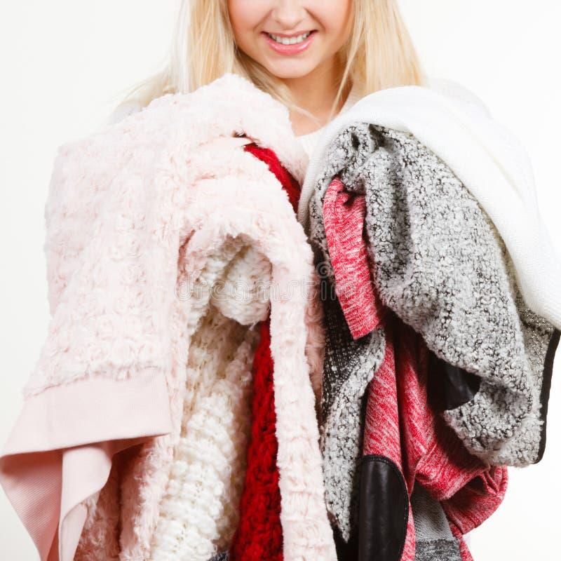 Kobieta trzyma dużych stosy odzież zdjęcie stock