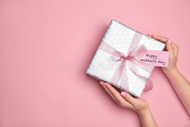 Kobieta trzyma eleganckiego prezenta pudełko dla Macierzystego ` s dnia zdjęcia royalty free