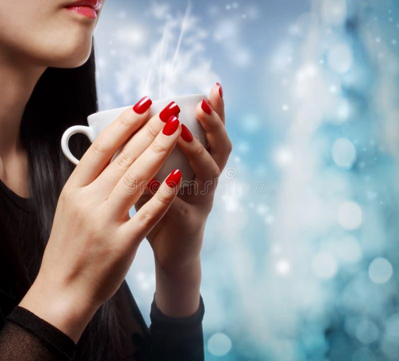 Kobieta Trzyma Gorącego napój zdjęcia royalty free