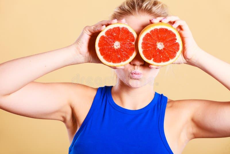 Kobieta trzyma grapefruitow? cytrus owoc w r?kach obraz royalty free