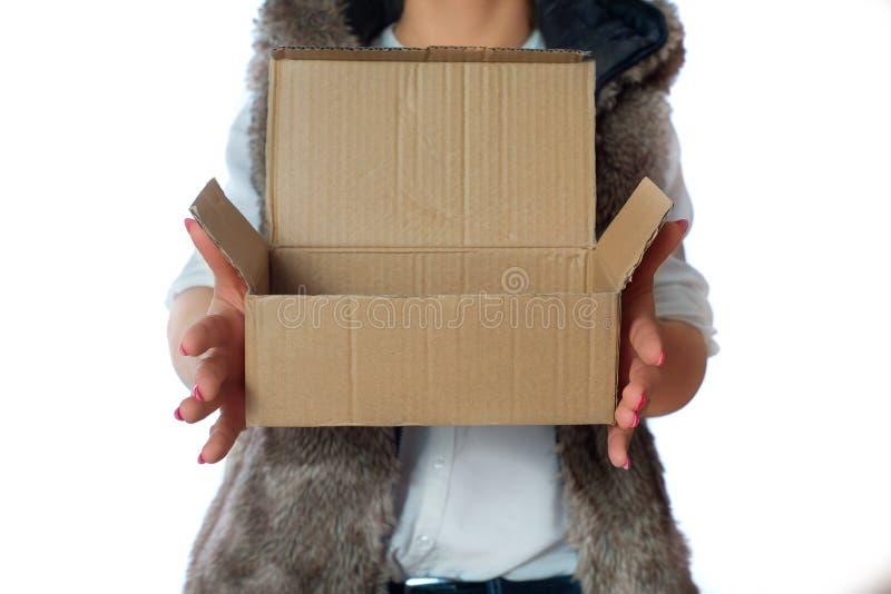 Kobieta trzyma karton w jej ręce zdjęcia stock