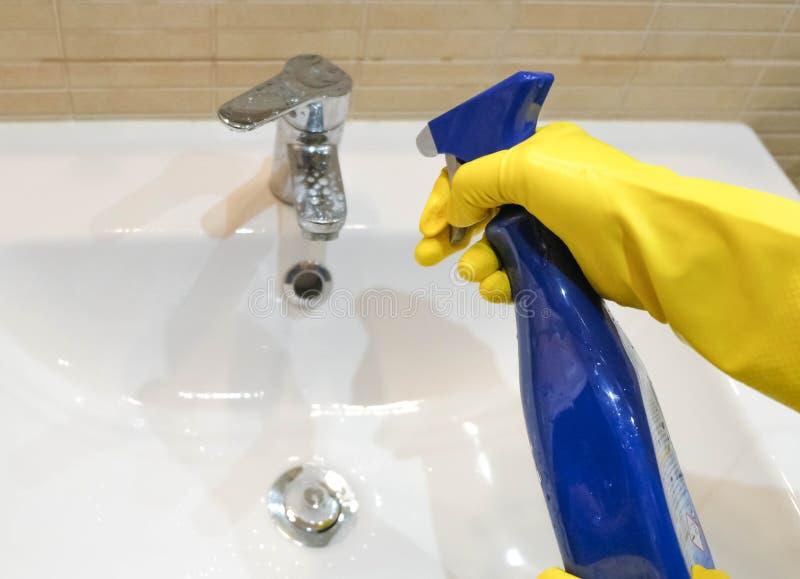 Kobieta trzyma kiść dla czyścić wodnego klepnięcie w żółtych gumowych rękawiczkach obraz stock
