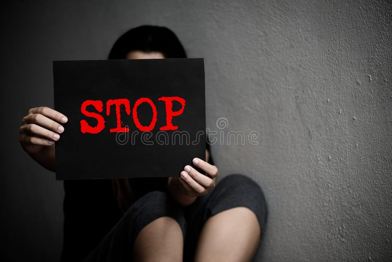 Kobieta trzyma konceptualnego przerwa znaka na przemoc przeciw kobietom obraz royalty free