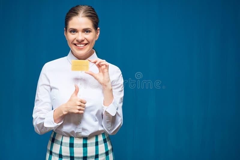 Kobieta trzyma kredytową kartę pokazuje kciuk up fotografia royalty free
