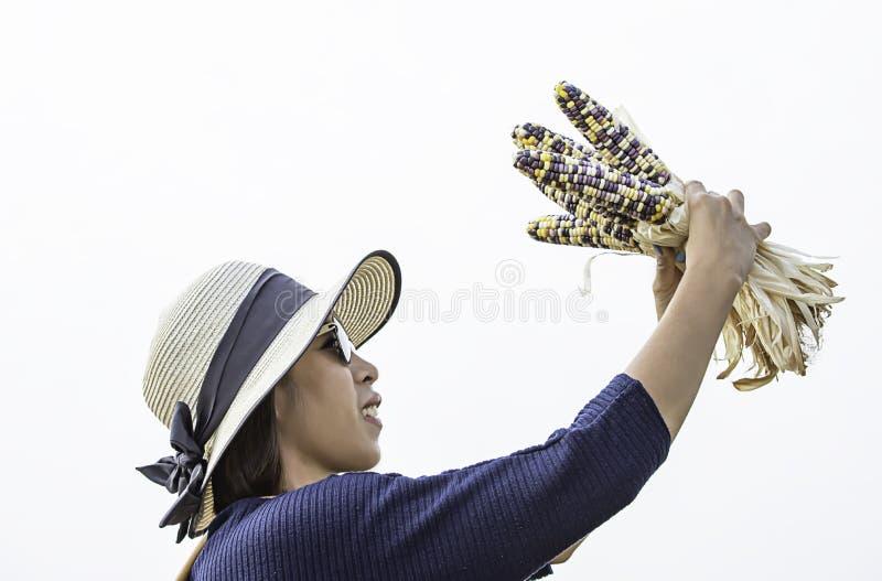 Kobieta trzyma kukurudzy przy przedstawieniem w gospodarstwie rolnym zdjęcie stock
