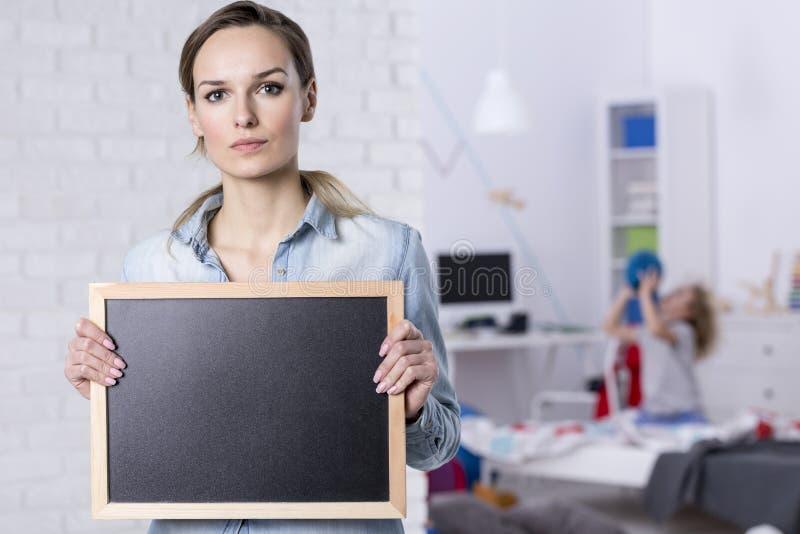 Kobieta trzyma małego blackboard obraz royalty free