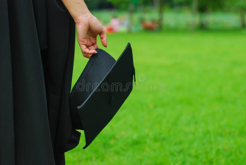 Kobieta trzyma moździerzową deskę w ostrości fotografia stock