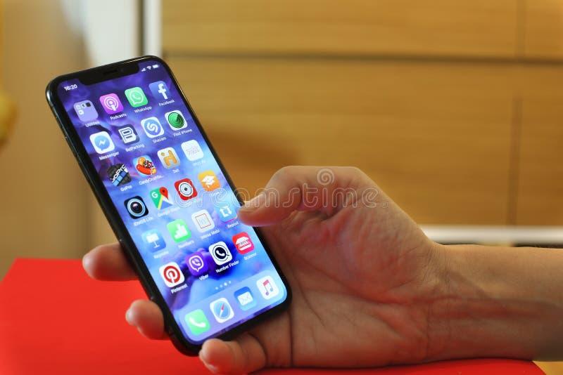 Kobieta trzyma Nowego Iphone X, dziesięć lub fotografia stock