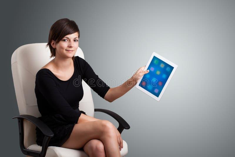 Download Kobieta Trzyma Nowożytną Pastylkę Z Kolorowymi Ikonami Ilustracji - Ilustracja złożonej z środki, colour: 53776589