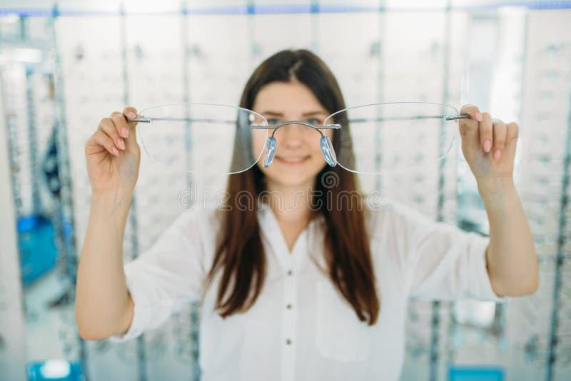 Kobieta trzyma ogromnych dekoracyjnych szkła, wzrokowy sklep obraz stock
