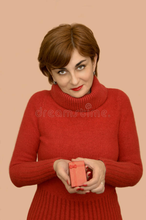 Kobieta trzyma prezent w czerwieni fotografia stock