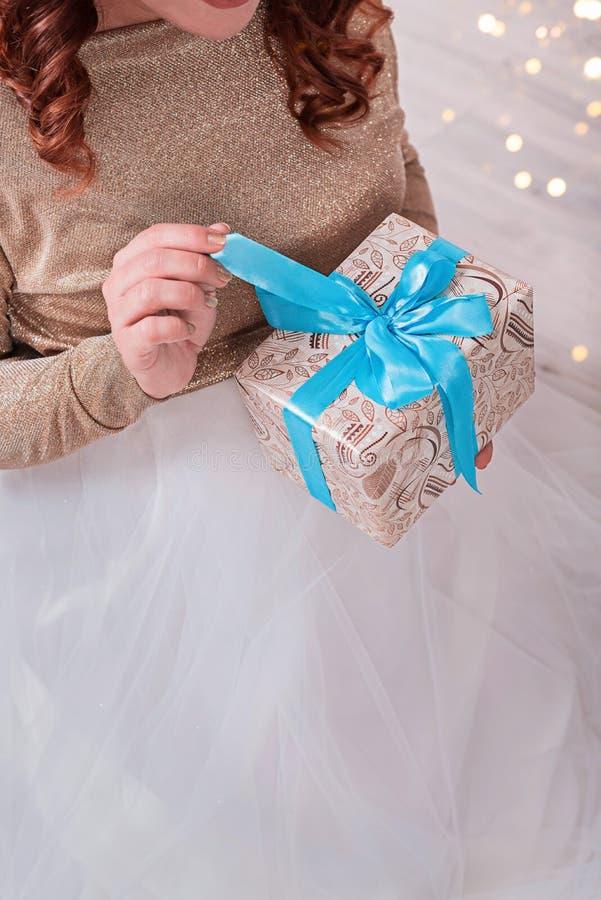 Kobieta trzyma prezenta pudełko z błękitnym faborkiem w ona ręki zdjęcia stock