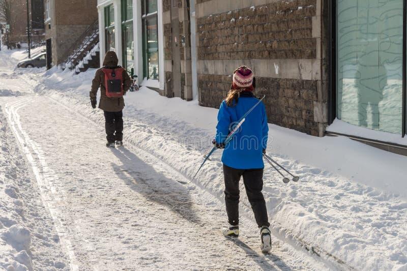 Kobieta trzyma przecinającego kraju narty iść Mont Królewskie fotografia stock