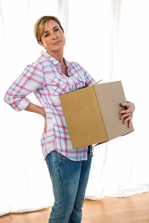 Kobieta trzyma pudełko zdjęcie royalty free