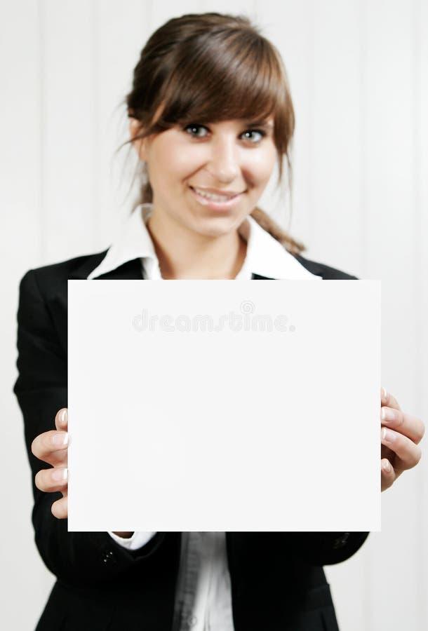 Kobieta trzyma pustą kartę obrazy stock