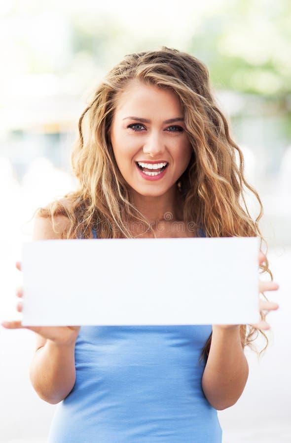 Kobieta trzyma pustą kartę obrazy royalty free