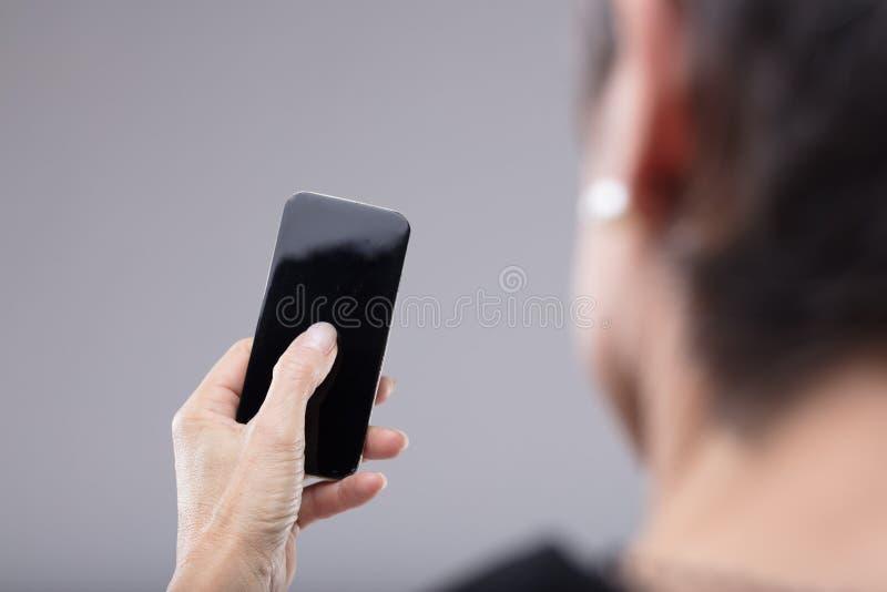 Kobieta trzyma pustego telefon komórkowego w jej ręce zdjęcia stock
