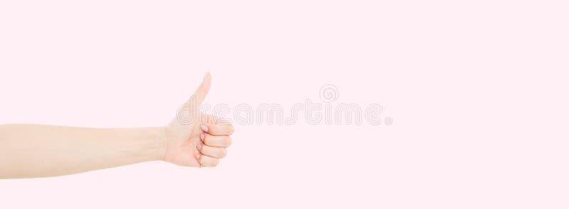 Kobieta trzyma rękę w gescie daje kciukowi w górę podobizna z pięknym manicure'em na paznokciach Zamyka w górę horyzontalnego kol zdjęcie royalty free