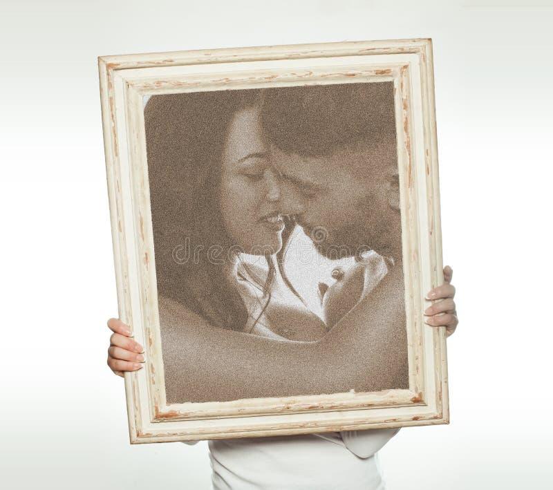 Kobieta trzyma romantycznego obrazek zdjęcie stock