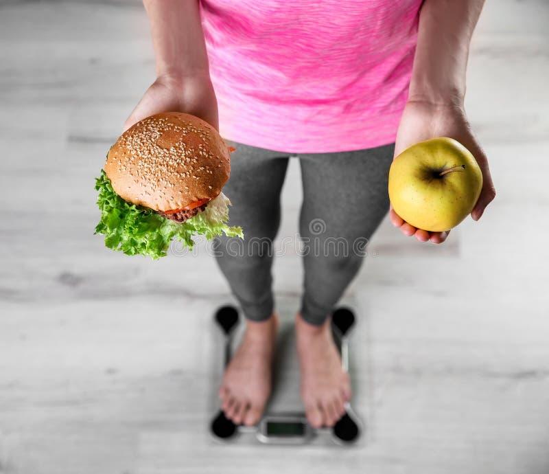 Kobieta trzyma smakowitą kanapkę i jabłka obraz stock