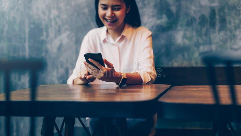 Kobieta trzyma smartphone, egzamin pr?bny w g?r? pustego ekranu u?ywa? telefon kom?rkowego na kawiarni zdjęcie royalty free