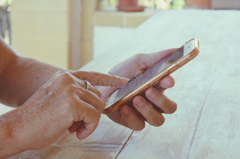 Kobieta trzyma smartphone, w górę obrazy stock